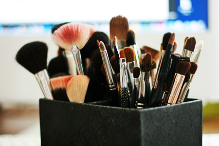 Top-5-Harmful-Beauty-Habits-that-Cause-Skin-Problems-dirty-makeup-brushes